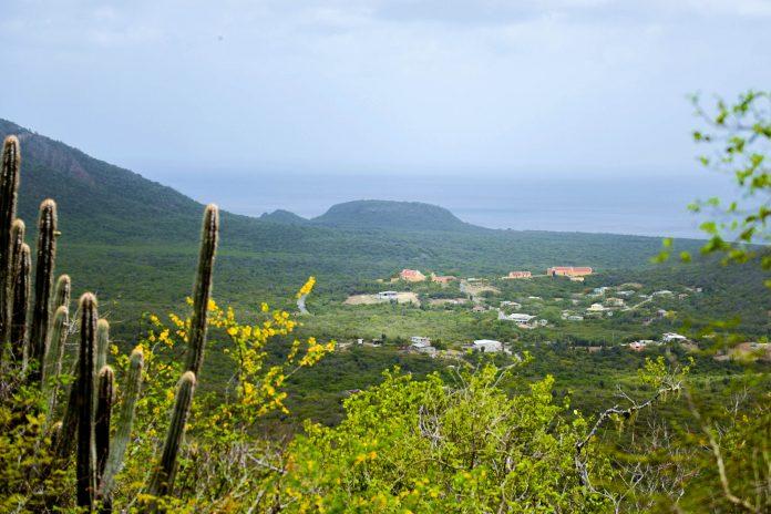 Von einem Aussichtspunkt im Christoffelpark ist das Landhaus Knip zu sehen, das sich Spielzeughäuschen gleich in die dichte Vegetation duckt, Curaçao - © James Camel / franks-travelbox