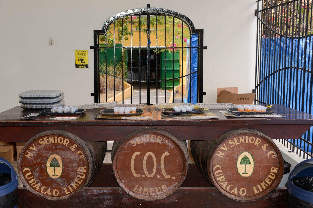 Am Ende der Zeile aus Schautafeln kann der Curaçao-Likör verkostet werden, Curaçao - © James Camel / franks-travelbox