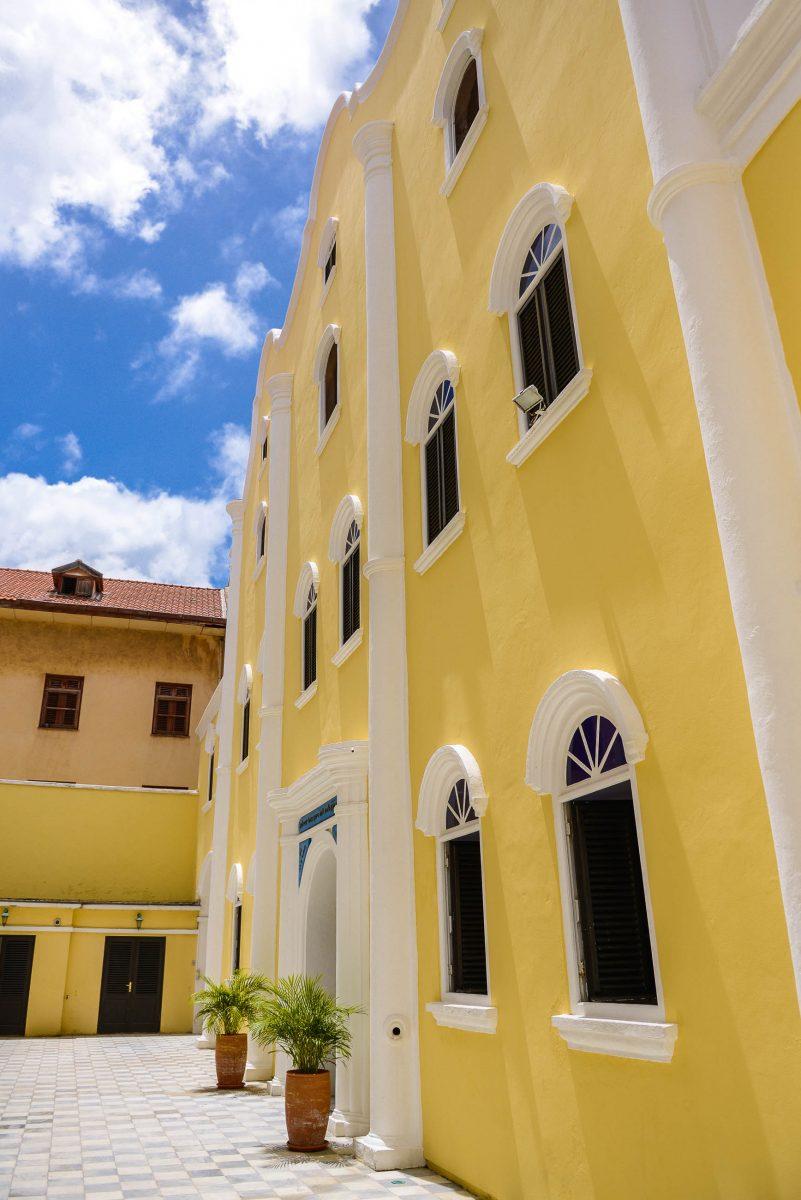 Das grau-weißen Marmorpflaster des Innenhofs steht in Kontrast zum freundlichen Gelb der Synagoge Mikve Israel-Emanuel in Willemstad, Curaçao - © James Camel / franks-travelbox