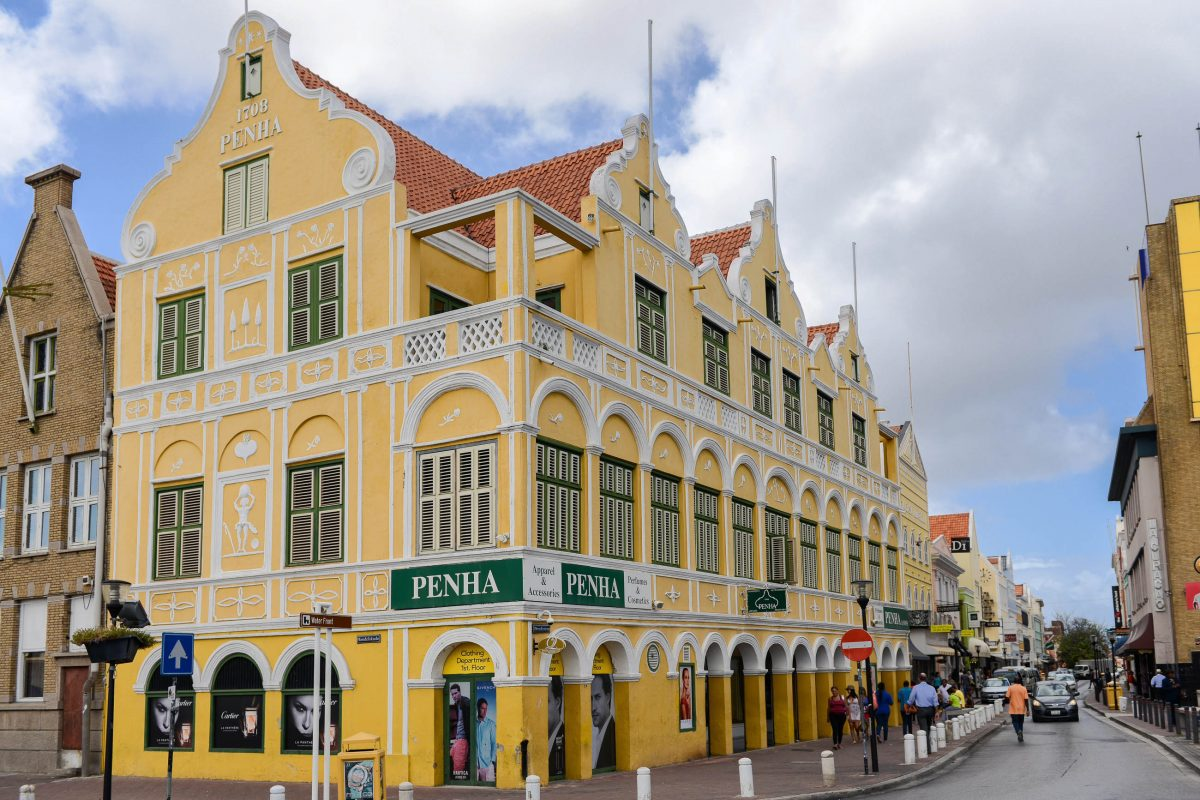 Das prunkvoll verzierte Penha-Gebäude im Stadtteil Punda zählt zu den eindrucksvollsten Beispielen niederländischer Kolonialarchitektur, Willemstad, Curaçao - © James Camel / franks-travelbox