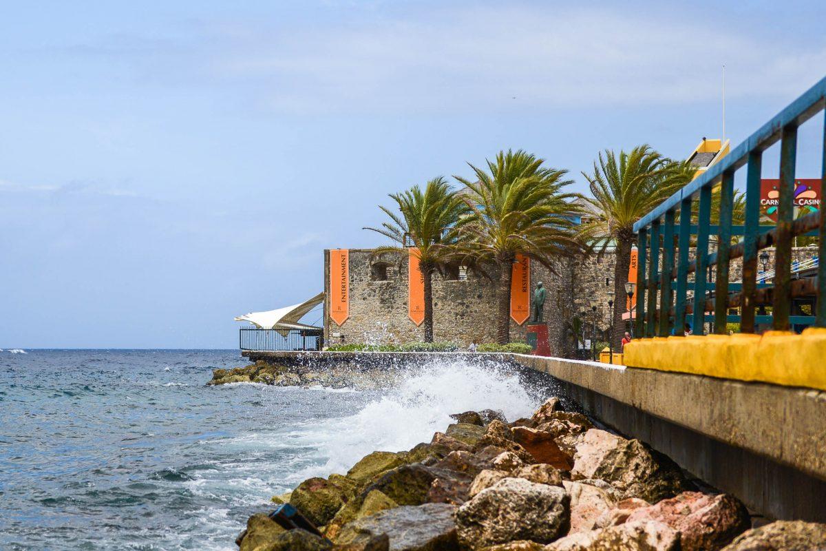Das Riffort liegt in Curaçaos Hauptstadt Willemstad im Stadtteil Otrabanda direkt an der Mündung der Sint Annabaai ins Karibische Meer - © James Camel / franks-travelbox