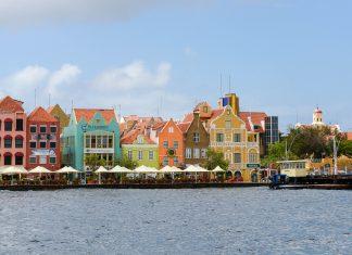 Das Stadtviertel Punda ist der älteste Teil von Curaçaos Hauptstadt Willemstad und wurde im Jahr 1997 von der UNESCO zum Weltkulturerbe erklärt - © James Camel / franks-travelbox