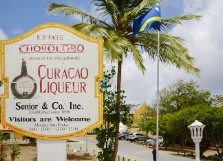 """Der weltbekannte Likör """"Blue Curaçao"""" wird auf der Insel Curaçao im Landhaus Chobolobo im Osten der Hauptstadt Willemstad noch nach alter Tradition hergestellt - © James Camel / franks-travelbox"""