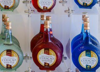 Der weltweit bekannte (Blue) Curaçao Im Shop der Curaçao-Likör-Destillerie in Willemstad, Curaçao - © James Camel / franks-travelbox