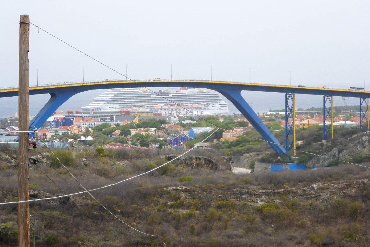 Die eindrucksvolle Königin-Juliana-Brücke über der Sind Annabaai auf Curaçao ist mit 56 Metern für Kreuzfahrtschiffe hoch genug - © Lila Pharao / franks-travelbox