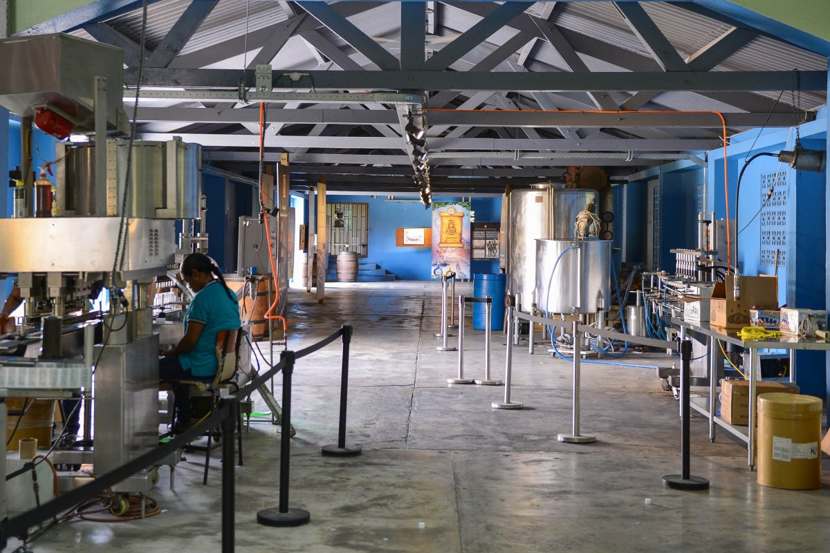 Die Produktionshalle des Curaçao-Likörs im Landhaus Chobolobo in Willemstad fungiert heute auch als Museum, Curaçao - © James Camel / franks-travelbox