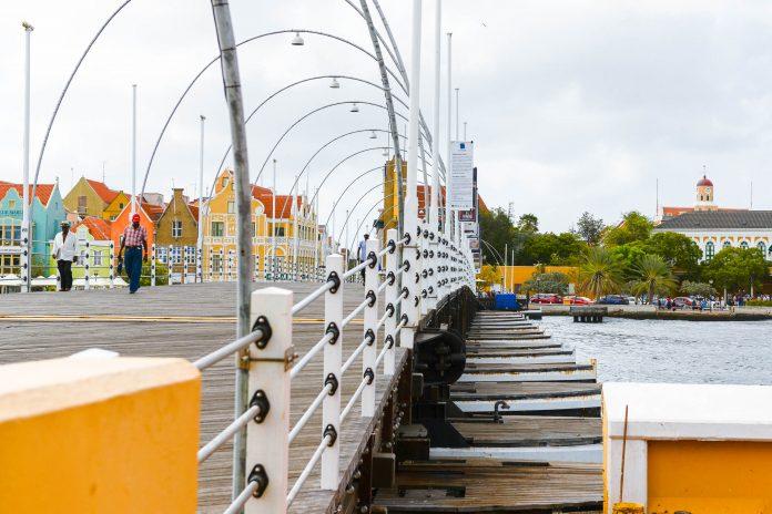 """Die Queen-Emma-Bridge, oder """"Koningin Emma Brug"""", verbindet seit dem Jahr 1888 die beiden Stadtteile Punda und Otrabanda in Willemstad, Curaçao - © James Camel / franks-travelbox"""