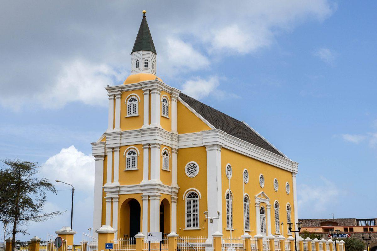 """Die schmucke """"Emanu-El"""" am Wilhelmina-Plein in Willemstad ist der Sitz einer Reformgruppe sephardischer Juden, Curaçao - © James Camel / franks-travelbox"""