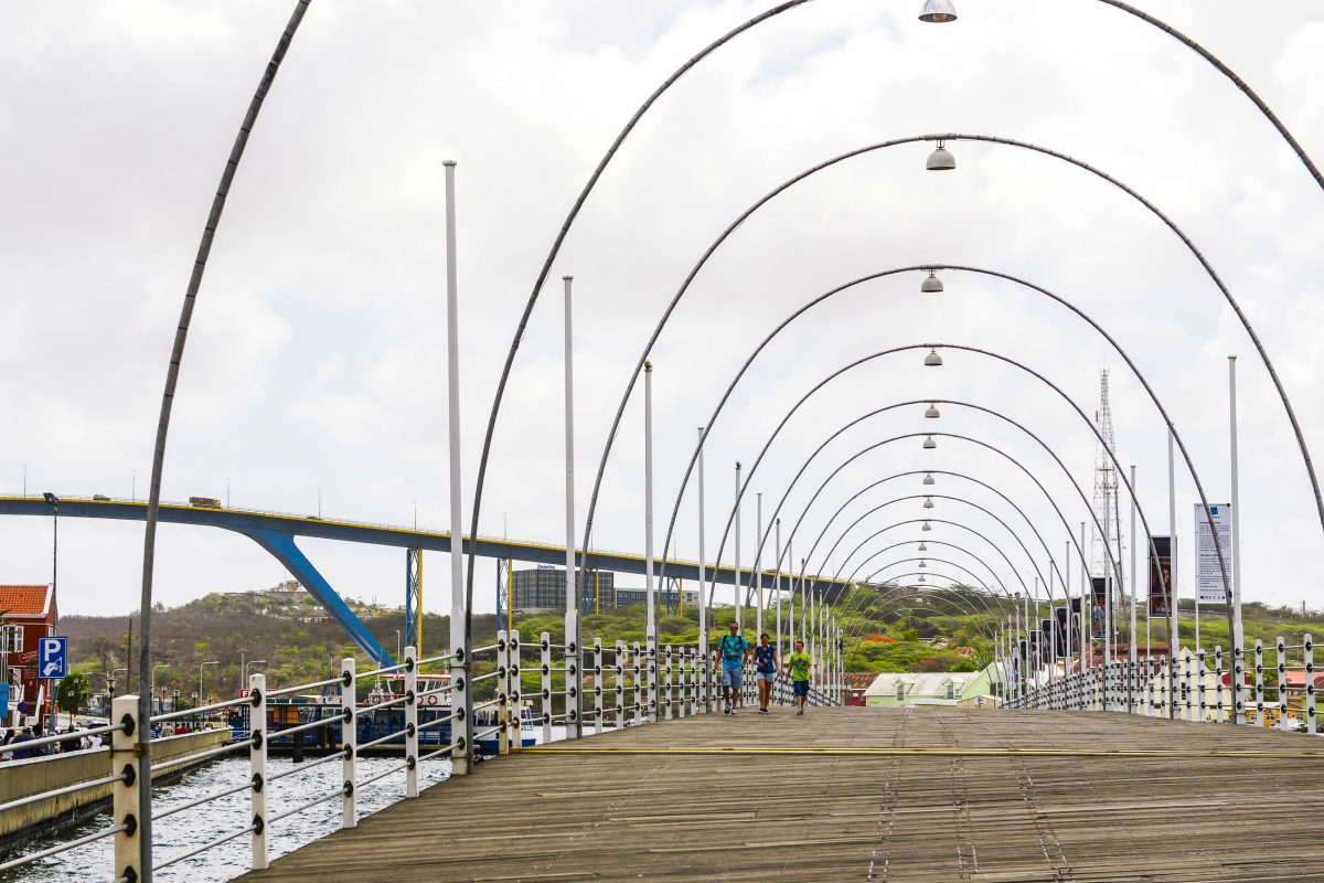 Die schwenkbare Queen-Emma-Bridge auf ihrem Weg über die Sint Annabaai, im Hintergrund die moderne Königin-Juliana-Brücke in Willemstad, Curaçao - © James Camel / franks-travelbox