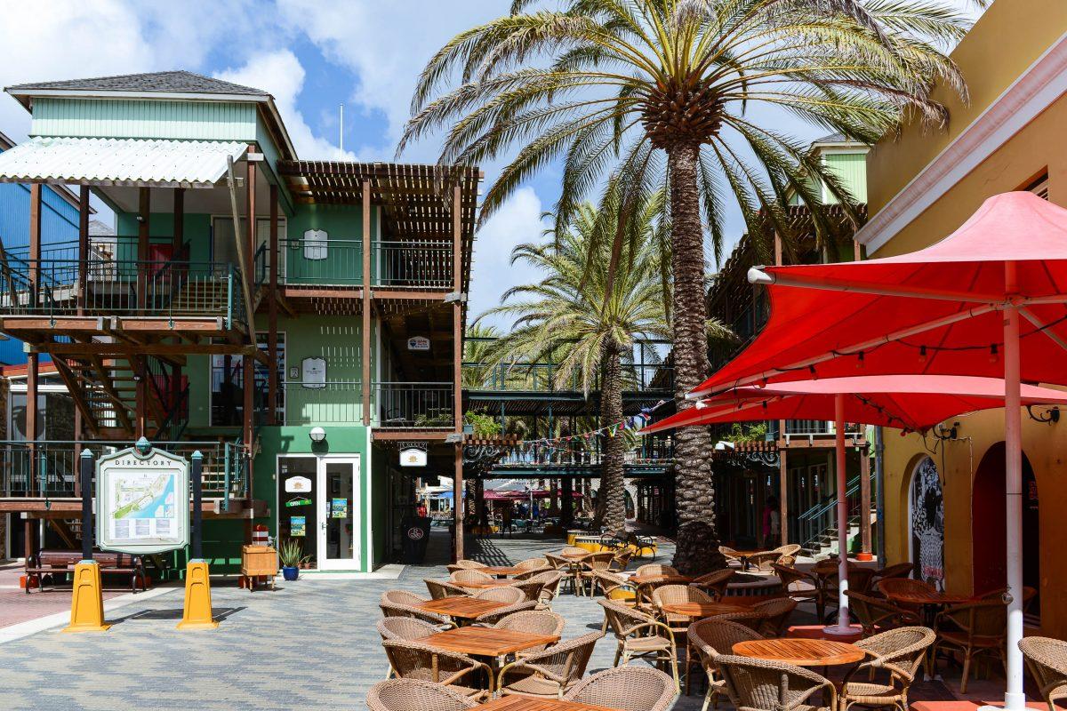 Im langgestreckten Innenhof des Rifforts auf der Otrabanda-Seite von Willemstad serviert ein französisches Restaurant karibische und europäische Speisen, Curaçao - © James Camel / franks-travelbox