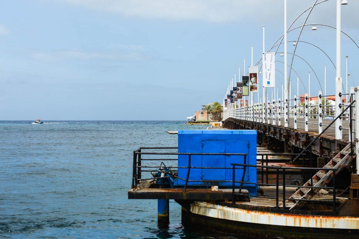 In völlig geöffnetem Zustand ruht die Queen-Emma-Bridge in Willemstad parallel zur Sint Annabaai am Ufer des Staddteils Otrabanda, Curaçao - © James Camel / franks-travelbox
