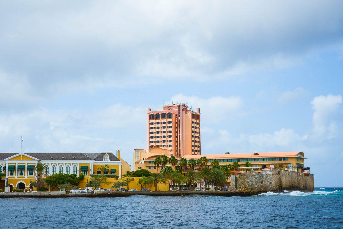 Neben dem historischen Fort Amsterdam in Willemstad sind die Mauerreste des ehemaligen Waterforts noch gut auszumachen, Curaçao - © James Camel / franks-travelbox