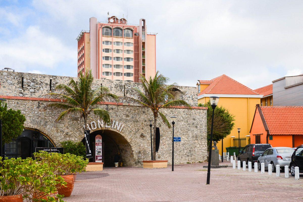 """Rundbogen der """"Waterfort Arches"""" am Wilhelminaplein, dahinter das Van der Valk-Plaza-Hotel, Curaçao - © James Camel / franks-travelbox"""