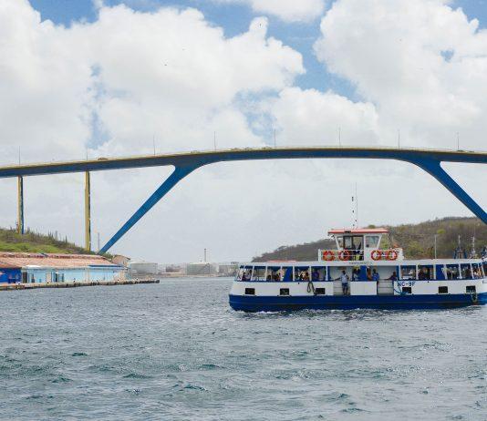 Über die Sint-Annabaai führt die imposante Königin-Juliana-Brücke, die höchste Brücke der Karibik, Curaçao - © James Camel / franks-travelbox
