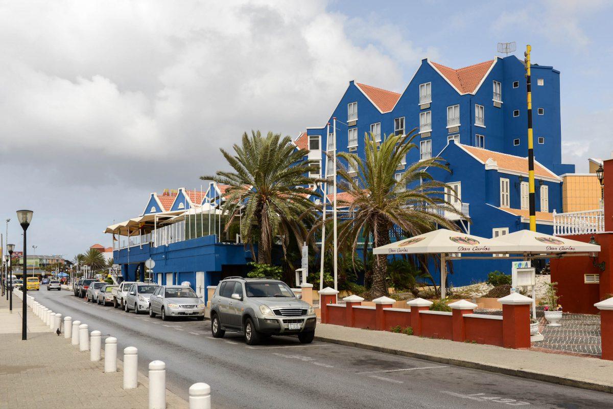 Von der Terrasse des Hotels Otrabanda aus bietet sich ein fantastischer Blick auf Punda, die Queen-Emma-Bridge und die Queen-Juliana-Bridge in Willemstad, Curaçao - © James Camel / franks-travelbox