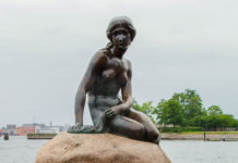 """Die Bronzestatue """"Die Kleine Meerjungfrau"""" ist das Wahrzeichen der Stadt Kopenhagen, Dänemark - © Raymond Thill / Fotolia"""