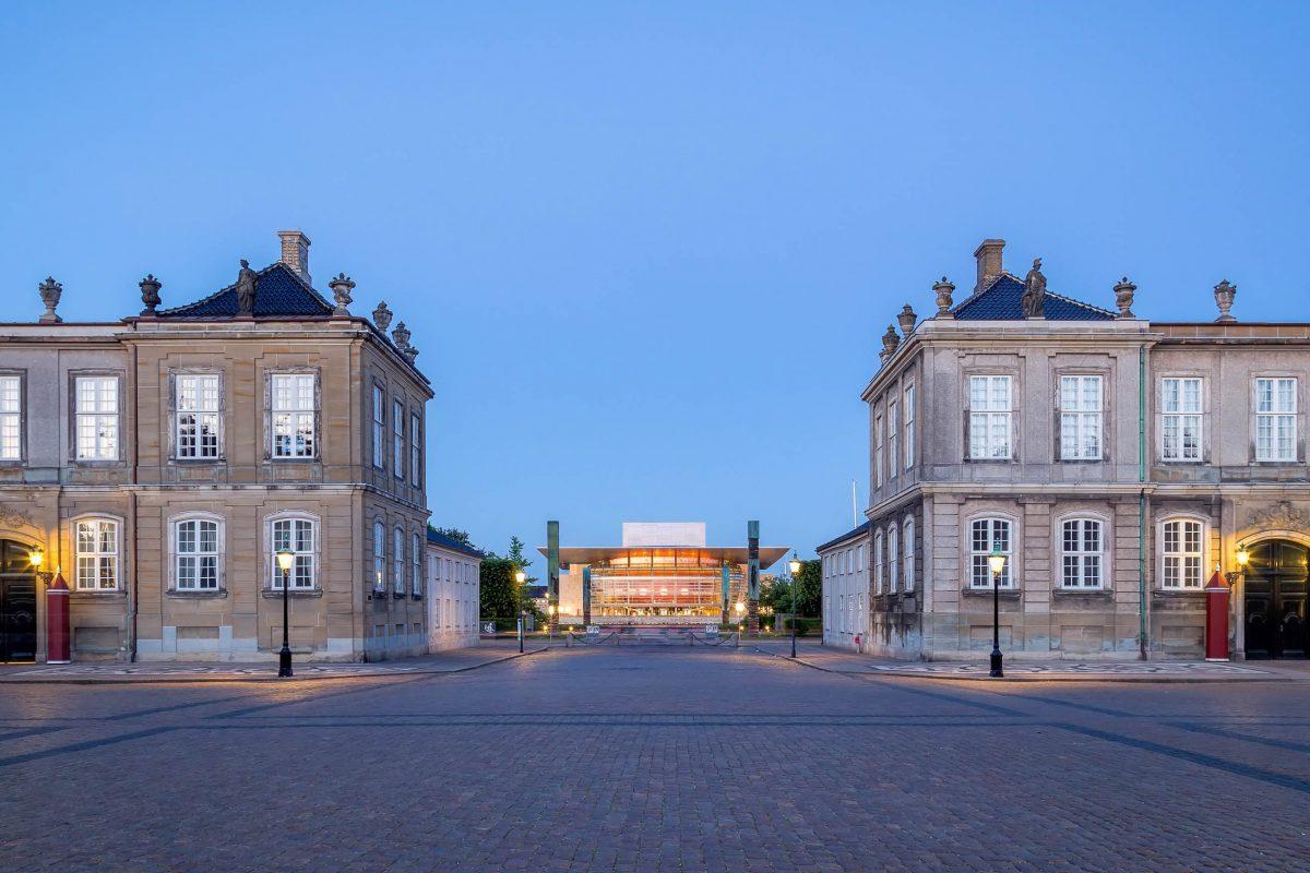 Die Königliche Oper in Kopenhagen, Dänemark, liegt auf der Insel Holmen genau in der Sichtachse mit der Marmorkirche und dem königlichen Schloss Amalienborg - © Oliver Foerstner / Shutterstock