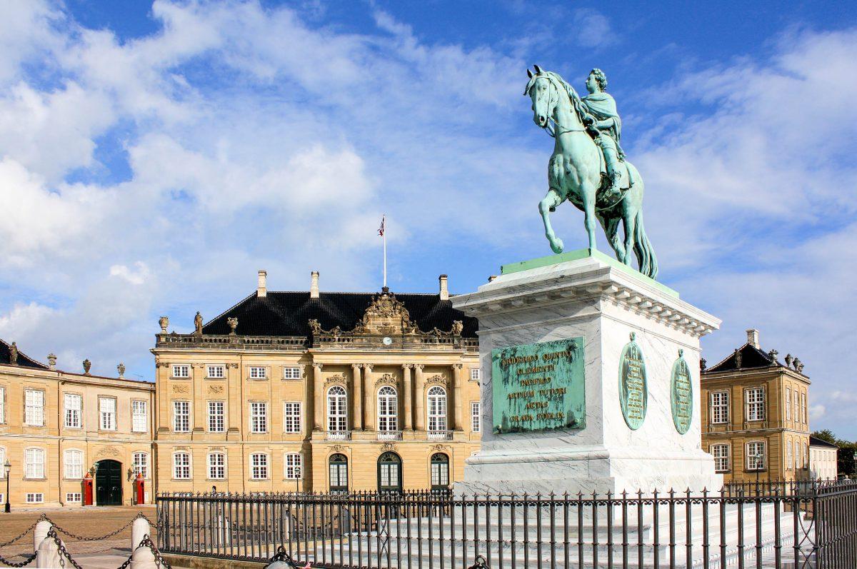 Die Mitte des Amalienborger Schlossplatzes in Kopenhagen ziert eine imposante Reiterstatue von König Friedrich V., Dänemark - © laguna35 / Fotolia