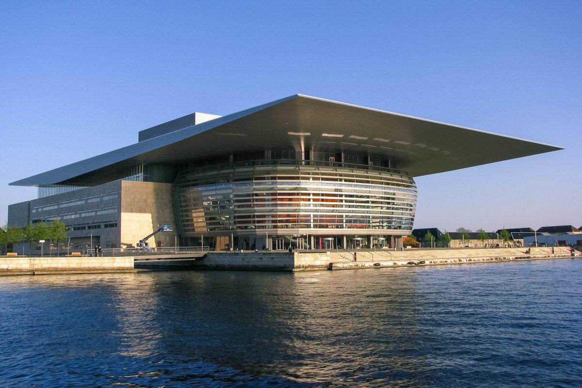 Die Oper von Kopenhagen ist eine der modernsten Opern der Welt und liegt auf der Insel Holmen im Zentrum von Kopenhagen, Dänemark - © tomtsya / Shutterstock
