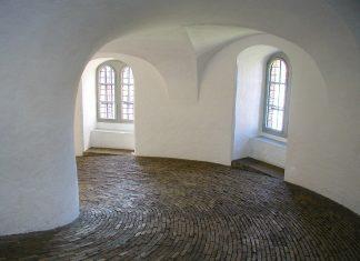 """Die """"Reittreppe"""", ein über 200m langer, spiralförmig gewundener Gang führt auf den Runden Turm von Kopenhagen, Dänemark - © Stefan Balk / Fotolia"""