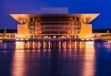 Nächtlicher Blick auf die königliche Oper von Kopenhagen, einen neumodischen Bau aus Stein und Glas, der 2005 eröffnet wurde und der Stadt vom reichsten Mann Dänemarks gespendet wurde - © Eric Gevaert / Shutterstock