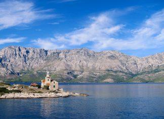 Der Leuchtturm von Sućuraj an der Ostspitze der Insel Hvar, im Hintergrund die Berge der Makarska-Riviera, Kroatien - © FRASHO / franks-travelbox