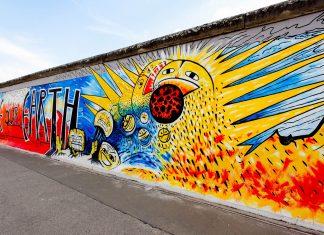 Als East Side Gallery wird die mit über 100 Gemälden längste Open Air Galerie der Welt an der Berliner Mauer bezeichnet, Deutschland - © gary718 / Shutterstock