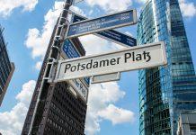 Als Knotenpunkt im Berliner Bezirk Mitte, Shopping-Zentrum und Hauptbühne der Berlinale ist der Potsdamer Platz ein bedeutendes Touristenzentrum, Deutschland - © tostphoto / Shutterstock