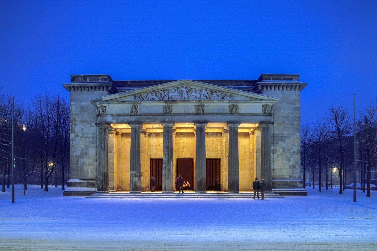 Am 18. September 1818 geschah der erste Wachaufzug vor der Neuen Wache anlässlich eines Besuchs des russischen Zaren Alexander in Berlin, Deutschland - © 360b / Shutterstock