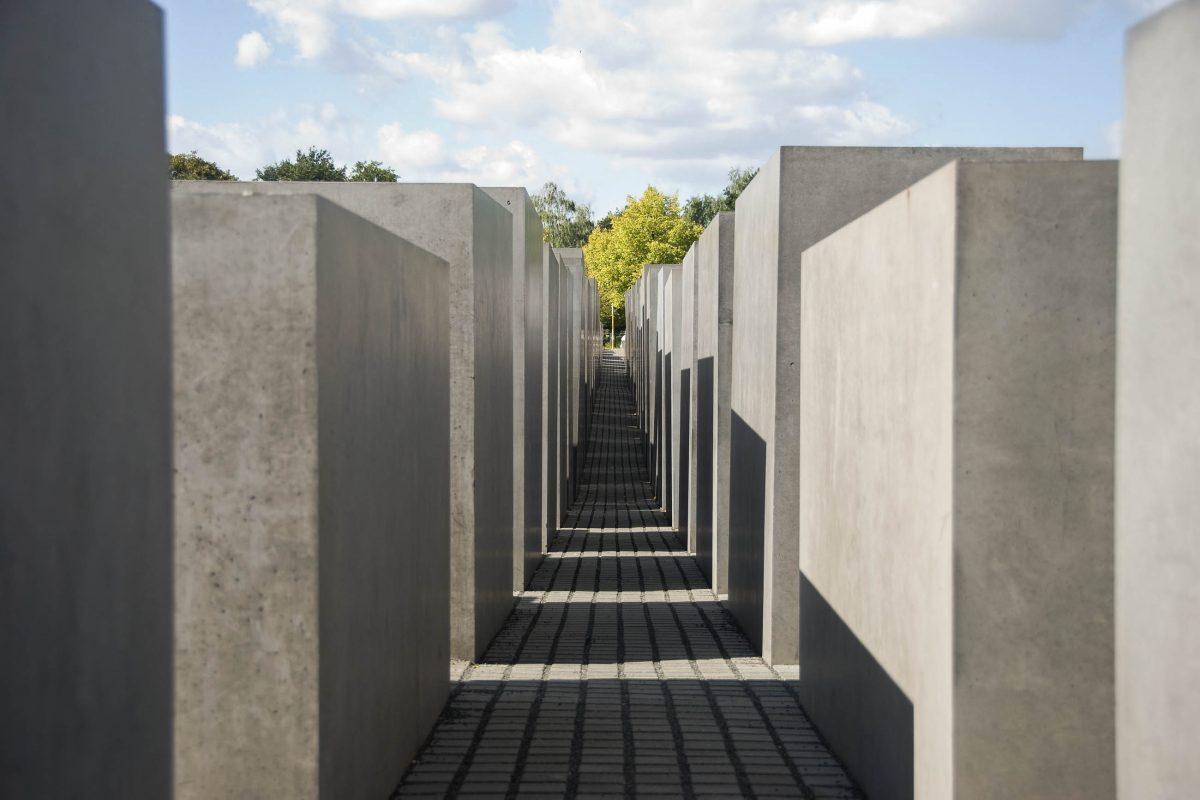 Auf dem Gedenkfeld des Holocaust-Mahnmals in Berlin erzeugen die trostlosen, aschgrauen Stelen schon bald ein bedrohlich-beklemmendes Gefühl, Deutschland - © tonisalado / Shutterstock