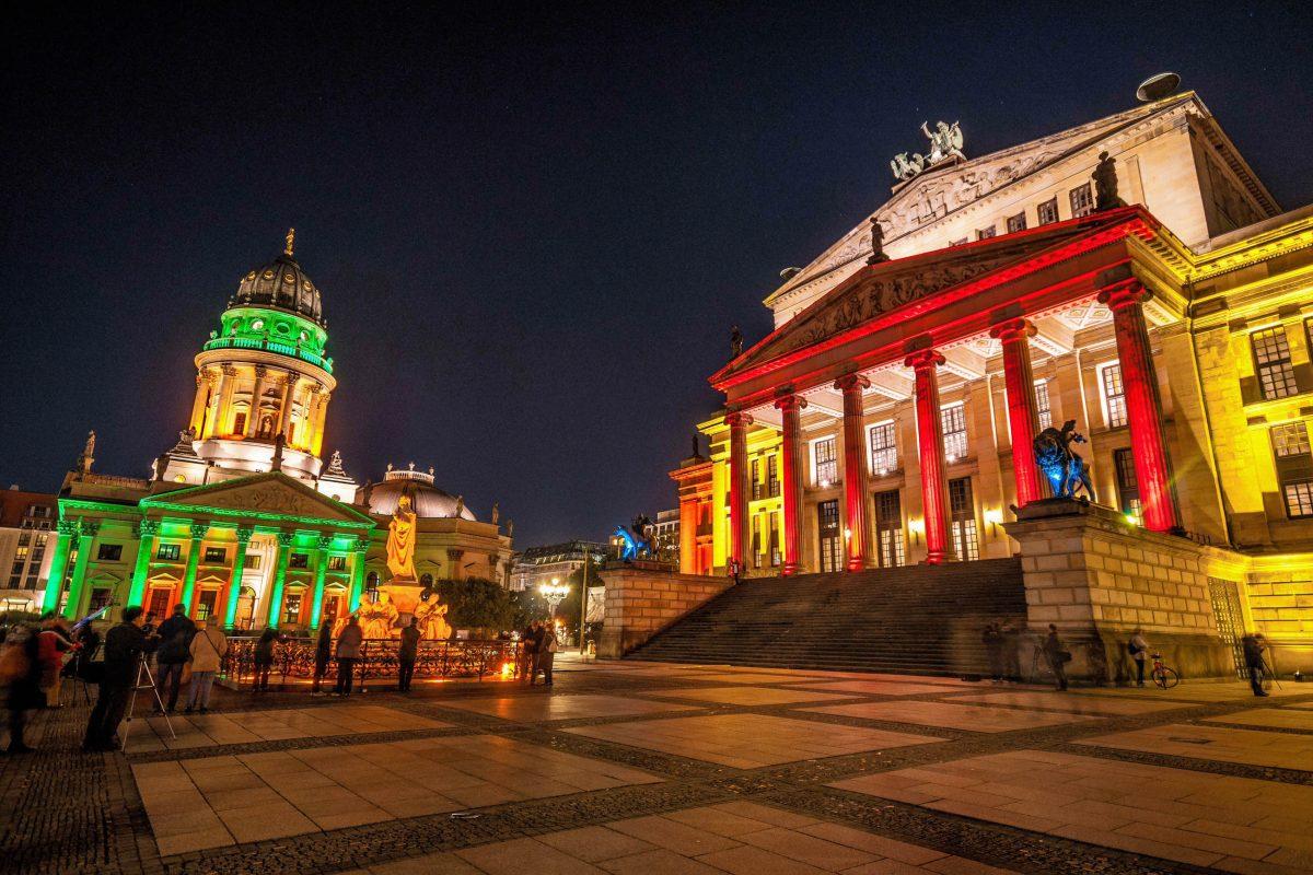 Beim jährlichen Fest der Lichter in Berlin erstrahlt das Konzerthaus neben dem ebenso imposanten Deutschen Dom in besonderer Pracht, Deutschland - © Jule_Berlin / Shutterstock