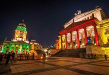 Besonders prächtig zeigt sich der Gendarmenmarkt beim jährlichen Fest der Lichter in Berlin, wenn die majestätischen Bauten in vielfarbigem Glanz erstrahlen, Deutschland   - © Jule_Berlin / Shutterstock