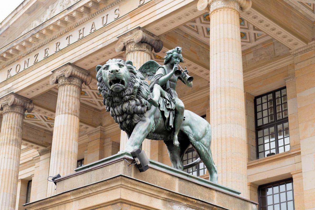 Besucher aus aller Welt werden am Gendarmenmarkt vor dem majestätischen Konzerthaus in Berlin von zwei bronzenen Raubtieren begrüßt, Deutschland - © tichr / Shutterstock