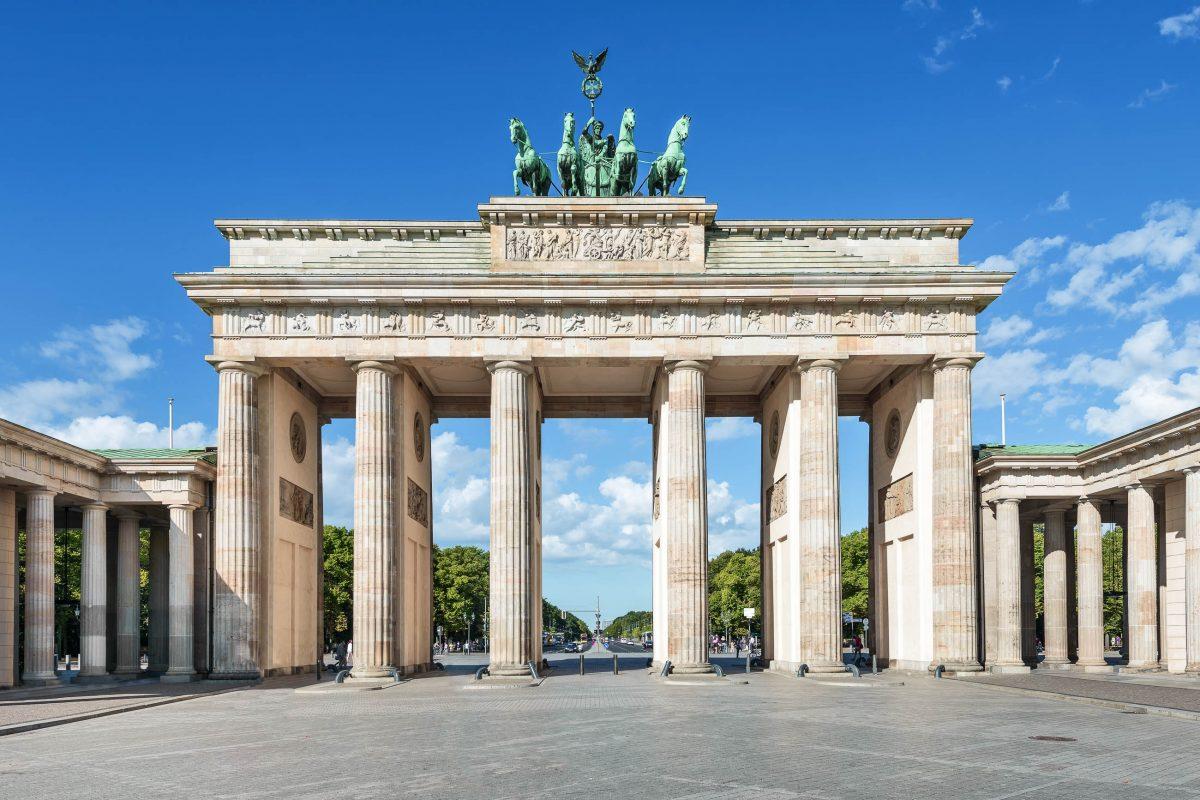 Blick auf das Brandenburger Tor mit der berühmten Quadriga - der Friedensgöttin Viktoria auf einer Kutsche mit vier vorgespannten Pferden, Berlin, Deutschland - © kameraauge / Fotolia