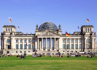 Blick auf das spektakuläre Reichstagsgebäude, eine der meistbesuchten Sehenswürdigkeiten in Berlin, Deutschland - © Katja Xenikis / Fotolia