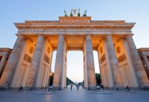 Das Brandenburger Tor in Berlin ist 20 Meter hoch, 65 Meter breit, 11 Meter tief, Deutschland - © VanderWolf Images / Shutterstock