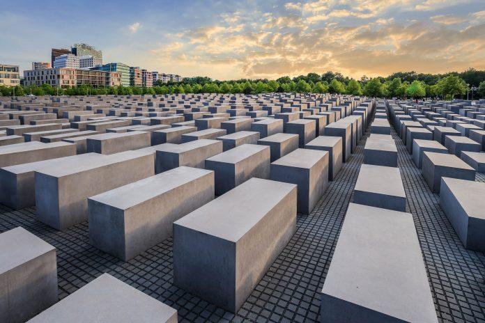 Das Holocaust-Mahnmal in Berlin Mitte ist das zentrale Denkmal Deutschlands für die ermordeten Juden Europas - © Noppasin / Shutterstock
