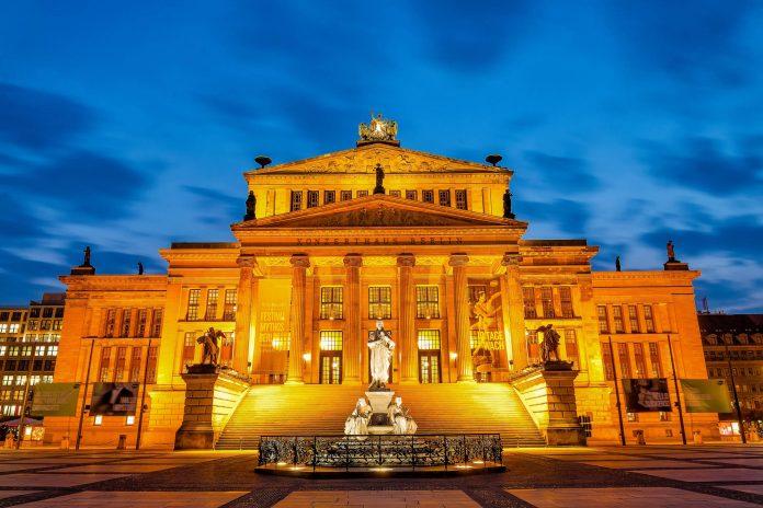 Das prächtige Konzerthaus am Gendarmenmarkt im Bezirk Mitte gehört zu den klassizistischen Glanzstücken von Berlin, Deutschland   - © Cameris / Shutterstock