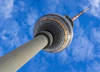 Der Anstoß zum Bau des Berliner Fernsehturms erfolgte in den 1950er Jahren, zu Zeiten der DDR, Deutschland - © Serbi / Shutterstock