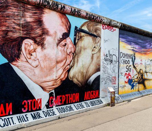 """Der """"Bruderkuss"""" zwischen Leonid Breschnew und Erich Honecker gehört zu den berühmtesten Motiven der East Side Gallery in Berlin, Deutschland - © turtix / Shutterstock"""
