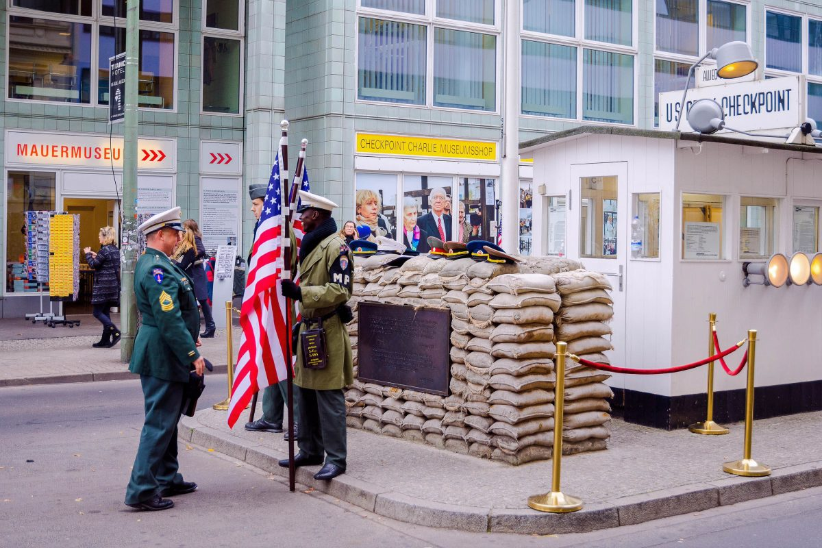 bilder checkpoint charlie in berlin deutschland franks travelbox. Black Bedroom Furniture Sets. Home Design Ideas