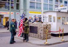 Der Checkpoint Charlie im Zentrum von Berlin ist bis heute der berühmteste Grenzübergang der Berliner Mauer, Deutschland - © SoWhat / Shutterstock