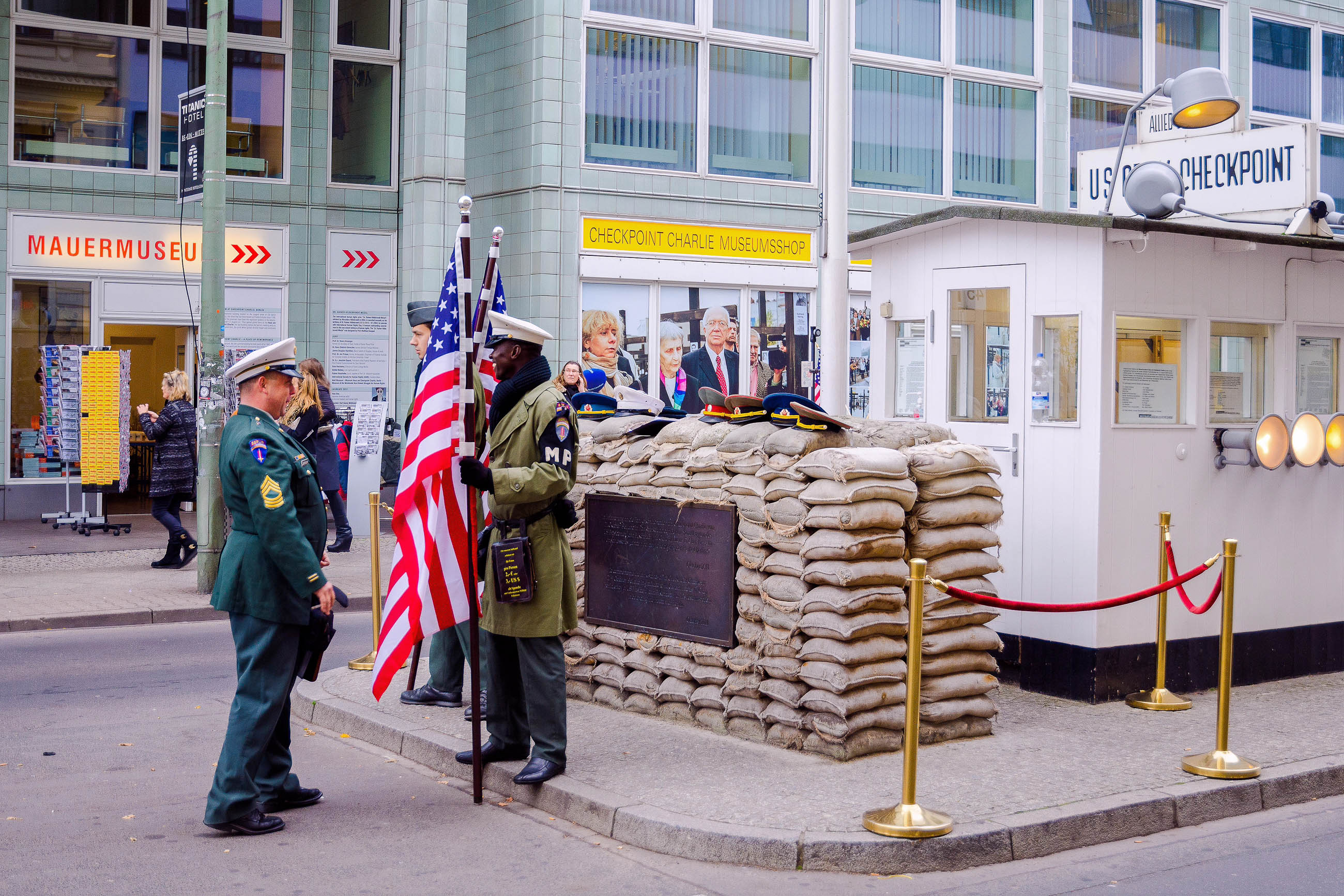 checkpoint charlie in berlin deutschland franks travelbox. Black Bedroom Furniture Sets. Home Design Ideas