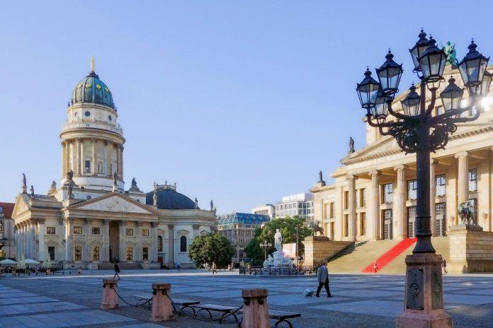 Der Deutsche Dom am Gendarmenmarkt flankiert das berühmte Konzerthaus im Berliner Bezirk Mitte und kann kostenlos besichtigt werden, Deutschland   - © ilolab / Shutterstock