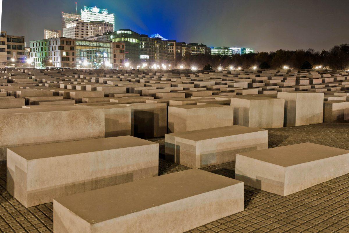 Der Entwurf für das Holocaust-Mahnmal in Berlin, Deutschland, stammt vom New Yorker Architekten Peter Eisenman - © Anibal Trejo / Shutterstock