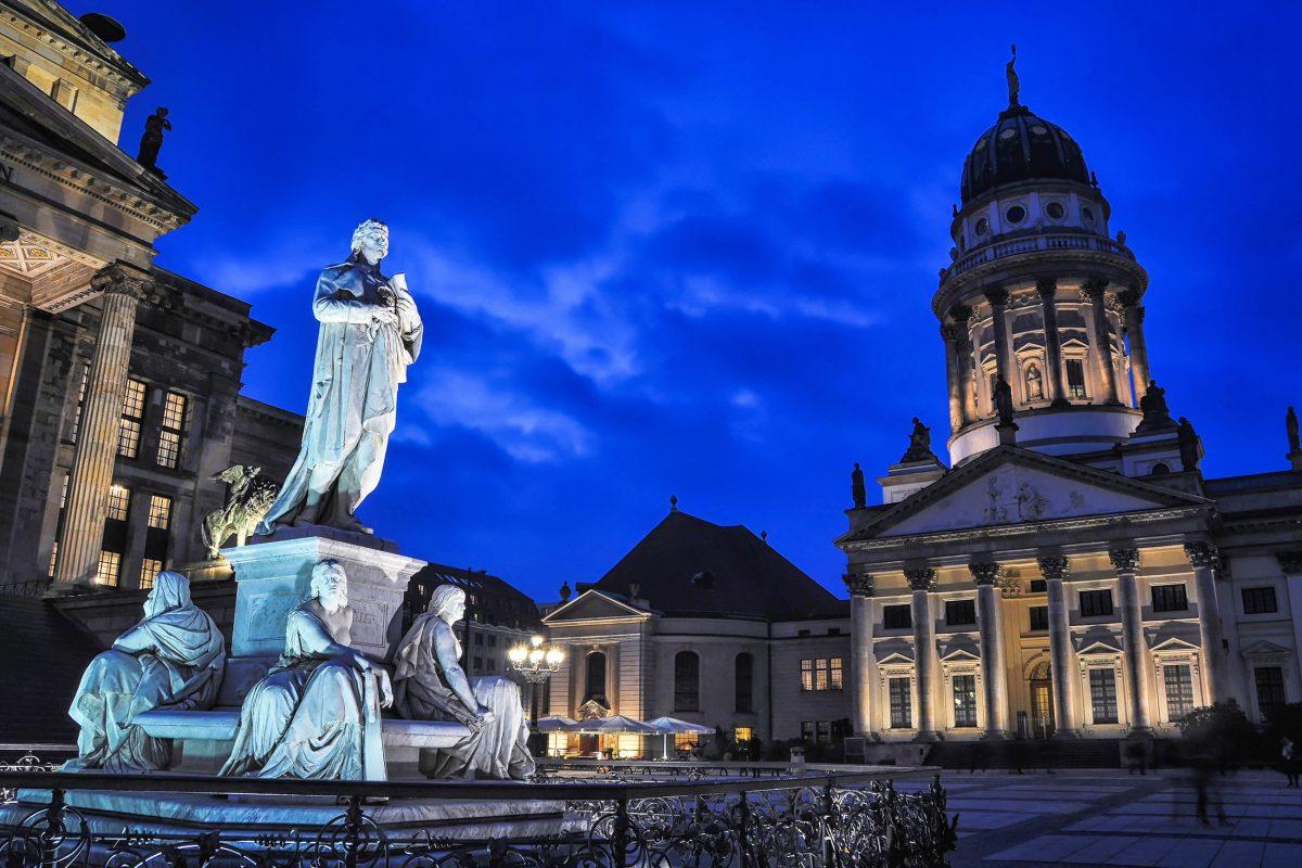 Der Französische Dom am Berliner Gendarmenmarkt entstand, wie auch der Deutsche Dom, von 1780 bis 1785 nach Plänen des deutschen Architekten Carl von Gontard, Deutschland - © Madrugada Verde / Shutterstock