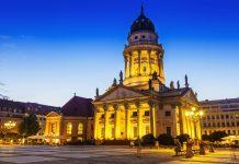 Der Französische Dom komplettiert das herrliche Architektur-Ensemble auf dem Gendarmenmarkt im Berliner Bezirk Mitte, Deutschland   - © Matthew Dixon / Shutterstock