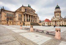 Der Gendarmenmarkt im Zentrum von Berlin gehört mit dem herrlichen Ensemble von Konzerthaus, Deutschem Dom und Französischem Dom zu den schönsten Plätzen Deutschlands   - © Marten_House / Shutterstock