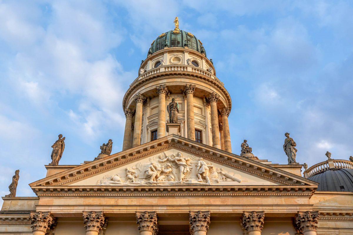Der rund 70m hohe Kuppelturm des Deutschen Doms auf dem Gendarmenmarkt in Berlin beherbergt auf fünf Stockwerken eine Ausstellung des Deutschen Bundestags, Deutschland - © anshar / Shutterstock
