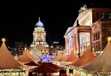Der Weihnachtszauber am Gendarmenmarkt wird jedes Jahr von fast einer Million Menschen aus aller Welt besucht, Berlin, Deutschland - © andersphoto / Shutterstock